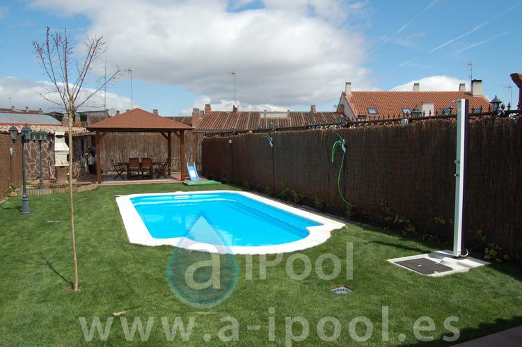 piscina de fibra cesped